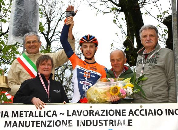 Piccolo sul podio con Maura Macchi, Sindaco e Cav. Pezzotta (Foto Berry)