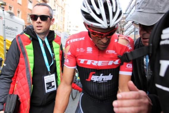 Alberto Contador con gli evidenti segni della caduta sulle spalle (Foto Jean Claude Faucher)