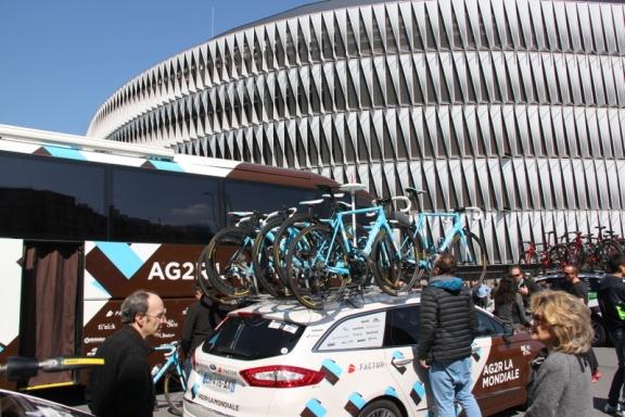 AG2R al raduno di partenza di Bilbao