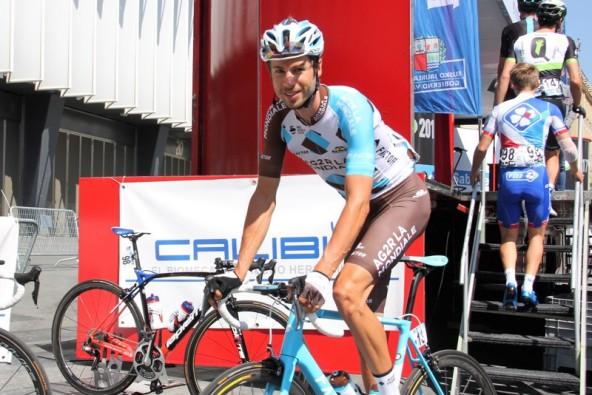 Corridore AG2R in bici al raduno di partenza (JC Faucher)