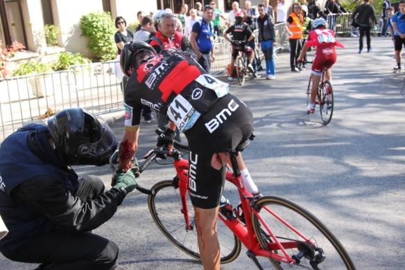 Samuel Sanchez si medica le ferite di una caduta (Foto Jean Claude Faucher)