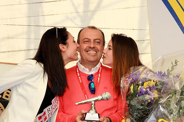 Brambilla premiato col Microfono d'Oro e il bacio delle miss (Foto Kia)