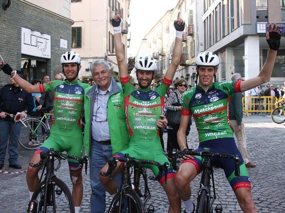 Alcuni corridori della Viris col vincitore Raggio e l'accompagnatore e DS Bassi (Foto Kia)