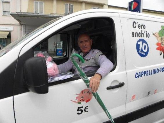 Vincenzo Errichiello sul suo automezzo a Casteldario (Nastasi)