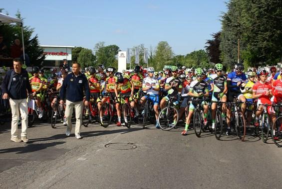 Applausi indirizzati a Michele Scarponi prima del via (Foto Berry)