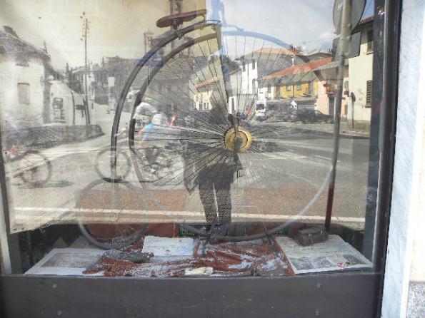 Biciclo nella vetrina della Cicli Battistella (Foto Nastasi)