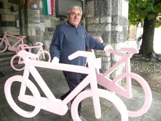 Le bici stilizzate per abbellire il passaggio del Giro100 (Foto Nastasi)