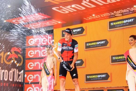 Silvan Dillier brindisi sul podio (Jean Claude Faucher)