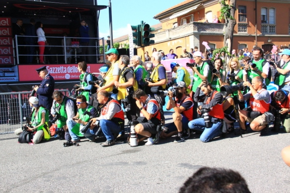 Fotografi appostati all'arrivo di Tortona (Foto JC Faucher)