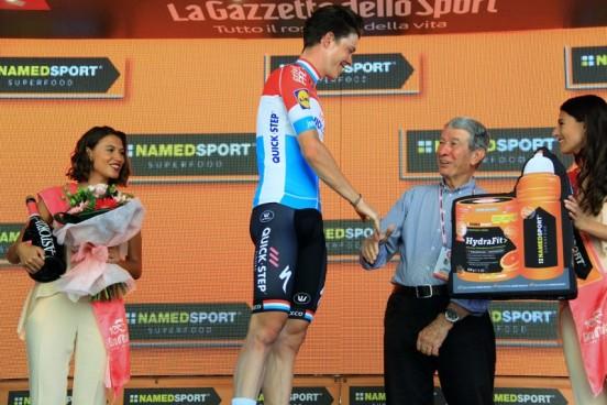 Gimondi premia Jungels (Foto JC Faucher)