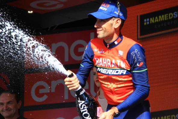 Nibali e il brindisi sul podio (Foto JC Faucher)