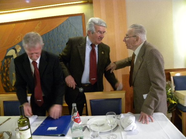Santangelo, Boscvhini e Francesco Prina mentre annuncia la sua volontà^ di tentare il Record dell'Ora dei Centenari (Foto Nastasi)