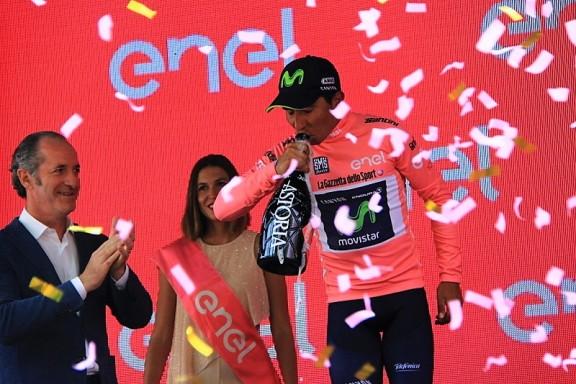 Quintana brinda alla nuova maglia rosa (Foto JC Faucher gion