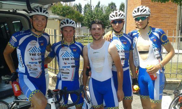 Luca Ferrario, secondo da sx e i suoi compagni dell'Overall Cycling Team a Pregnana Milanese