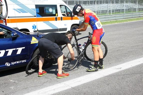 Dorsale nr. 16, Filippo Speri (Pedale Scaligero) assistito dal cambio ruote (Foto Berry)