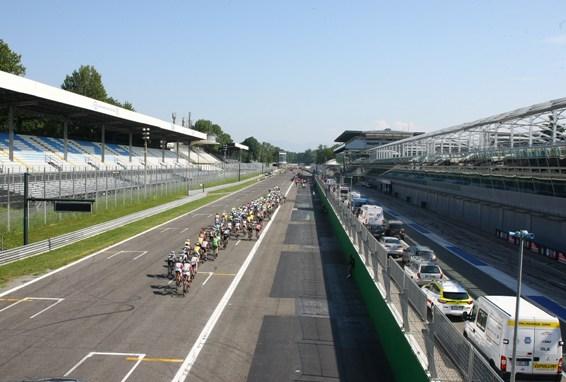 Gruppo compatto sulla pista dell'Autodromo (Foto Berry)