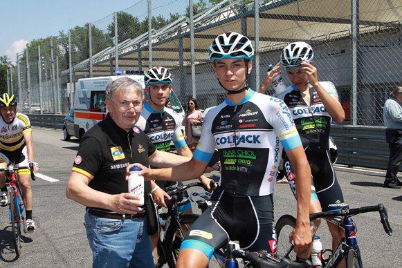 Bernardi riceve una borraccia da Alessandro Covi all'Autodromo Nazionale di Monza (Foto Kia)