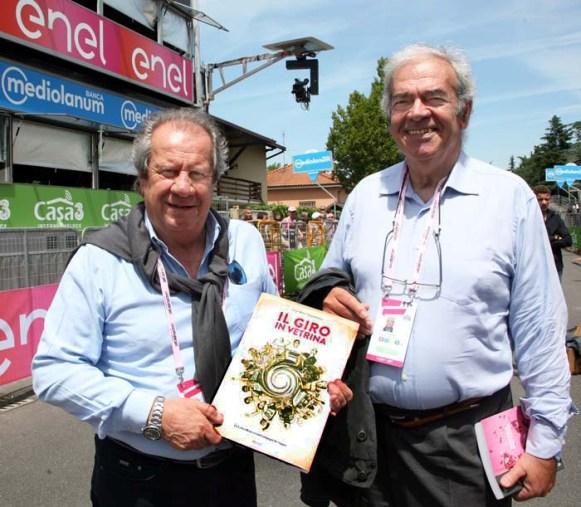 Da sinistra, Fabrizio Delmati e Sergio Meda con una copia del libro