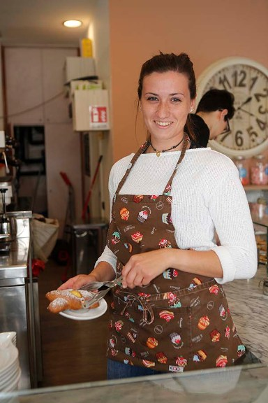 Martina prepara un piattino di deliziose brioches Ba.Da. (Foto Antonio Pisoni)
