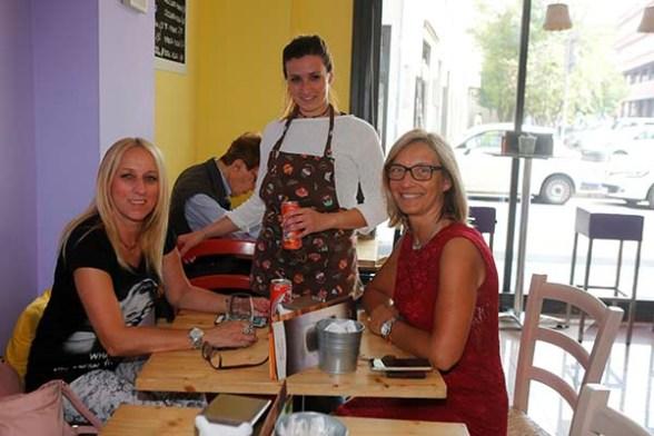Martina con due Clienti della Caffetteria Ba.Da. (Foto di Antonio Pisoni)