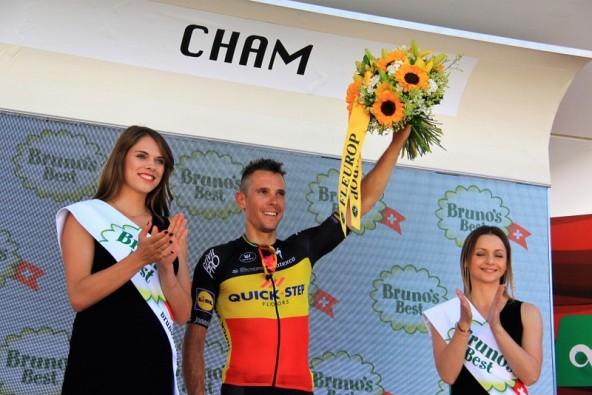 Gilbert sul podio di Cham con fiori e miss (Foto JC Faucher)