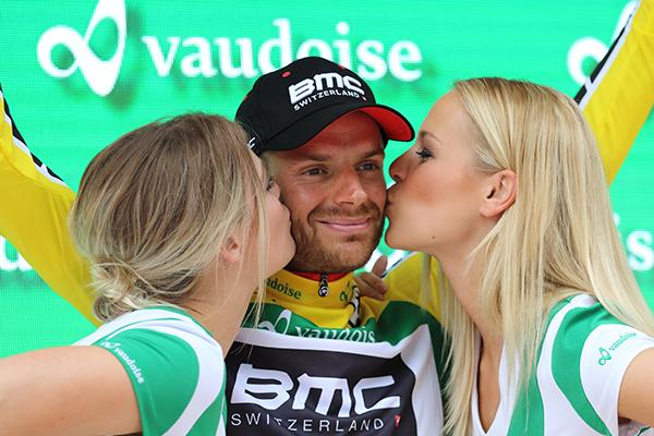 Le miss baciano la maglia gialla Caruso (Foto Kia)