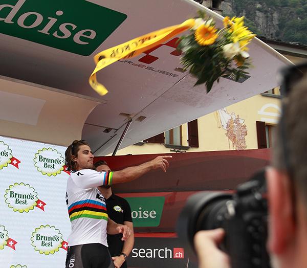 Peter Sagan lancia i fiori tra il Pubblico (Foto Kia)