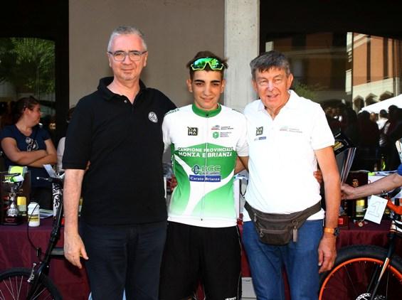 Piras in maglia di campione provinciale con Redaelli e Sindaco (Foto Berry)