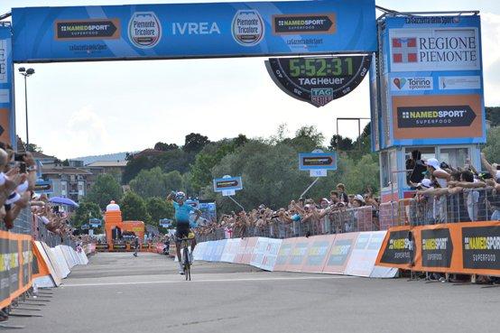 Aru vince il Campionato Italiano su strada ad Ivrea (La Presse)