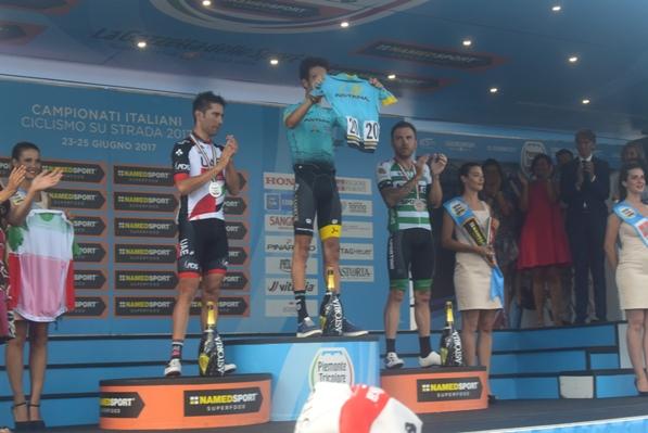 Fabio Aru mostra la maglia di Scarponi con la quale ha gareggiato oggi (Foto Mule)