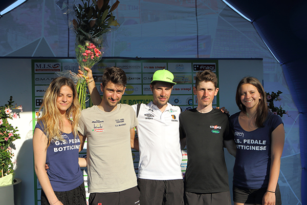 Andrea Garosio (Team Colpack), sul terzo gradino del podio. Nella foto e^ il primo a destra (Foto Kia)