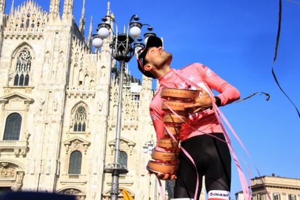Dumoulin, Trofeo Senza Fine e sguardo al cielo con lo sfondo del Duomo (Foto Jean Claude Faucher)