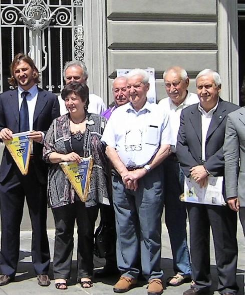 Enea Dall'Asta al centro con tanti Amici della Parma-La Spezia