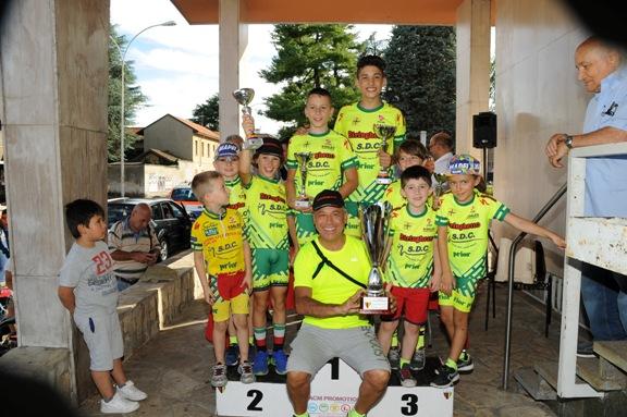 Dr. Cacciamani con i suoi corridori vincitori classifica a squadre a Parabiago (Foto Cantoni)