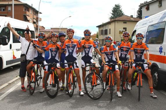 Tutta la squadra del Pedale Senaghese dopo l'arrivo (Foto Berry)