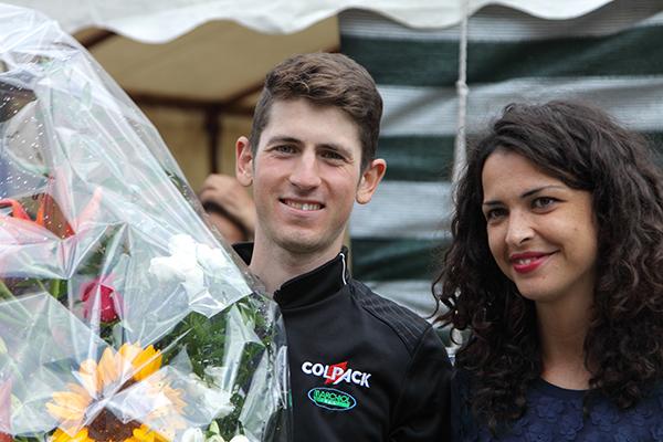 Andrea Garosio con la miss e i fiori della vittoria (Kia)
