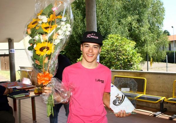 Tomas Trainini con fiori e Trofeo del vincitore (Foto Berry)