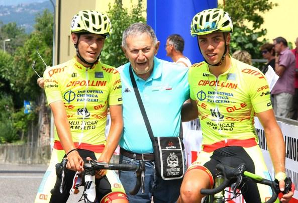 Vito Bernardi tra i corridori Sanvito a sinistra e Manuel Todaro a Destra (Foto Berry)