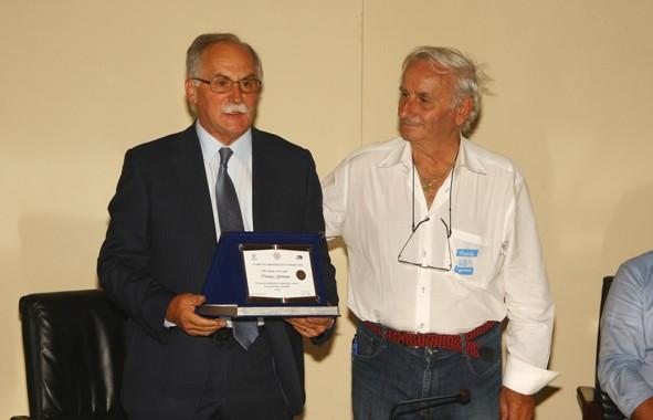 Bettoni premia un Amico del Giro (Foto Berry)