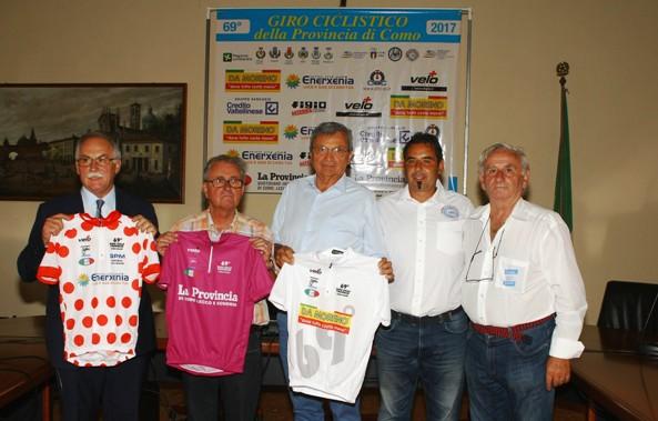 Bettoni, Borghetti e Giaron presentano le maglie del Giro della Provincia di Como (Foto Berry)