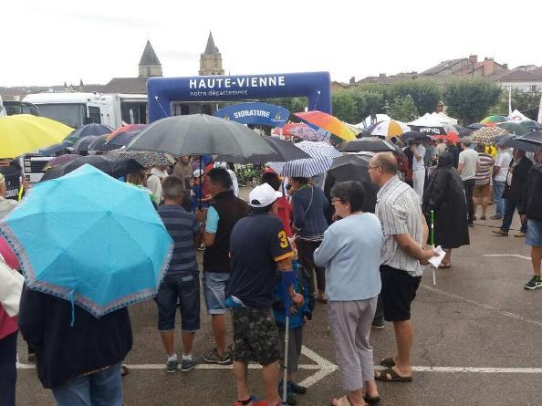 Piove al raduno di partenza