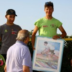 Il Maestro Ferrari consegna un suo quadro al vincitore del 100^ Circuito Guazzorese, Pasquale Abenante (Foto di Berry)
