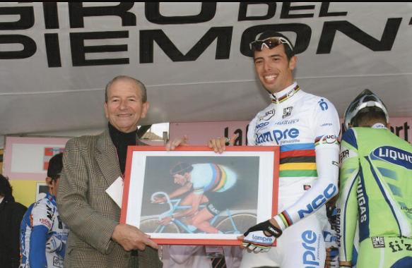 Giro del Piemonte, il Maestro Teresio Ferrari offre un suo quadro al campione del mondo Balla (Foto Berry)