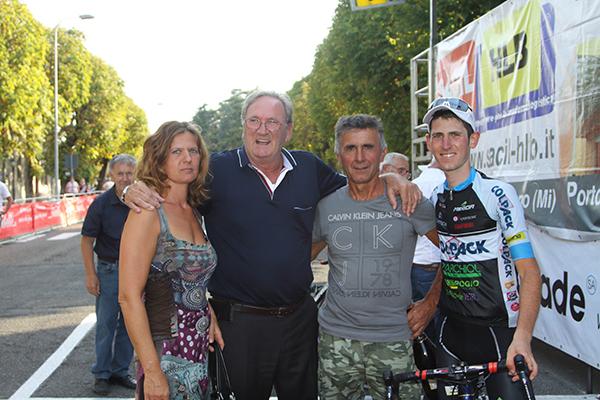 Beppe Colleoni con i genitori di Andrea Garosio e il corridore (Kia)
