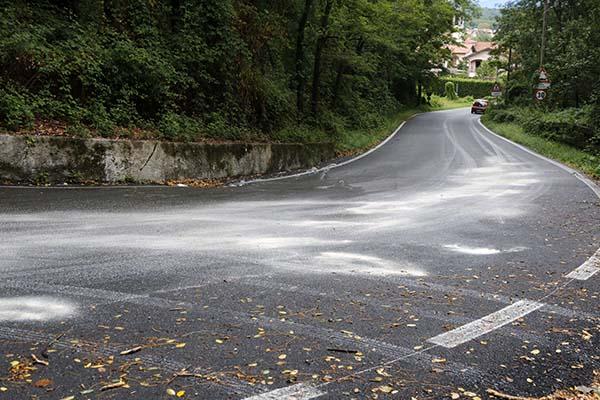 Il gasolio (o olio) presente sull'asfalto reso cosi molto viscido e pericoloso (Foto Pisoni)