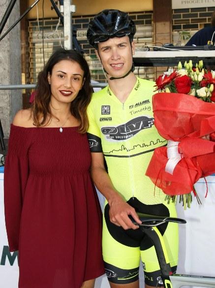 Andrea Berzi con i fiori del vincitore e la Miss (Foto Rodella)