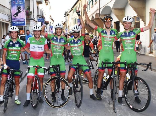 Corridori della Viris nel dopo corsa con l'accompagnatore Bassi (Foto Rodella)