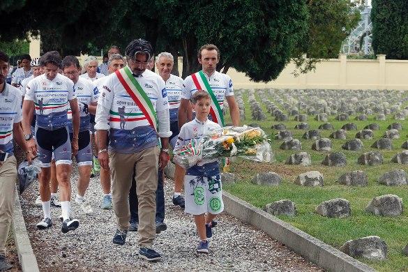 Omaggio ai Caduti in un Cimitero di Guerra (Foto Scanferla)