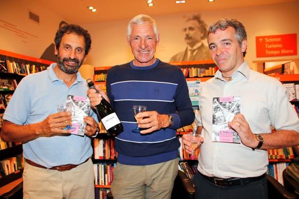 Moser con i giornalisti Fabiano e Fontana alla libreria Feltrinelli di Verona (Photobicicailotto)