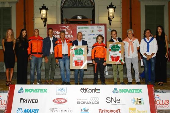 Pozzi e Mainetti, Dirigenti UC Costamasnaga, offrono maglia Tricolore a Sindaco e Fumagalli (Foto Berry)